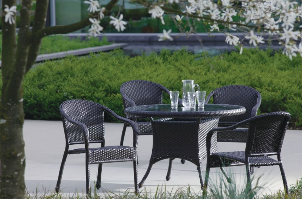Sun Valley round dining table with 4 chairs in dark color wicker resin.